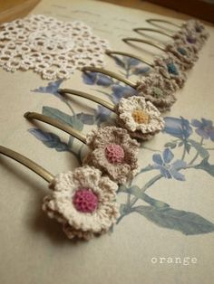 Vintage-style crochet hair pins found via (and made by) the Japanese blog Orange Meee (a super pretty blog)..
