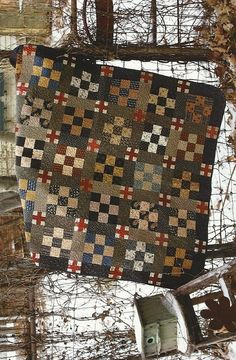 Primitive Folk Art Quilt Pattern BLUE AND GRAY.I like quilts with darker colors. The pastel floral quilts just aren't my thing. Primitive Quilts, Primitive Kunst, Antique Quilts, Vintage Quilts, Amische Quilts, Easy Quilts, Small Quilts, Mini Quilts, Flannel Quilts