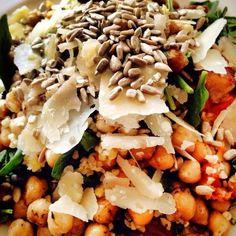 Insalatona invernale - patate dolci tiepide, ceci, spinaci freschi, cous cous, semi di girasole, scaglie di grana