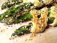 Grüner Spargel im knusprigen Blätterteig – dieses Rezept ist wie gemacht für köstliches Spargel-Fingerfood. So geht's Schritt für Schritt.