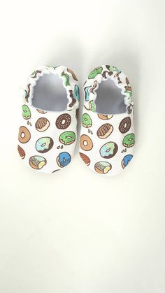 Buy Now Donut Baby Moccs / Baby Shoes / Baby Moccasins / Soft Sole Shoes / Montessori Shoes / Waldorf Shoes / Vegan Moccs by weepereas. Baby Girl Shoes, Baby Boy Outfits, Best Friend Christmas Gifts, Baby Applique, Diy Bebe, Patchwork Baby, Baby Sewing Projects, Baby Slippers, Baby Moccasins