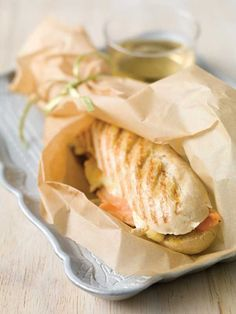 Panini met brie en gerookte zalm Healthy Breakfast Recipes, Snack Recipes, Healthy Recipes, Panini Recipes, Panini Sandwiches, Brunch, Sandwich Spread, Good Food, Breads
