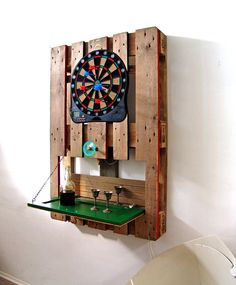 Il transforme des palettes en bois en décorations murales à thème et fonctionnelles - Des idées