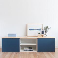 Un práctico mueble de tv, formado por dos módulos con puertas abatibles, un módulo con balda y con la tapa de madera de pino natural lacada. Perfecto para almacenar todo aquello que necesites. Ideal para completar el mobiliario de tu salón. Azul Indigo, Corner Desk, Natural, Furniture, Design, Home Decor, Tv Unit Furniture, Wood Furniture, House Decorations
