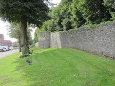 Hier ziet men nog een deel van de oude Middeleeuwse stadsmuur van Tongeren. Hierna gingen we naar het station.