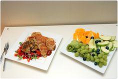 kylling, salat og potetform og en stor frukt tallerken
