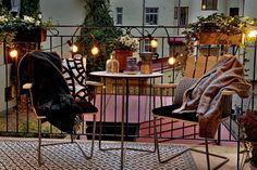 55 Super cool und luftig kleine Balkon Design-Ideen 55 Super Cool and Airy Little Balcony Design Ide Small Balcony Design, Tiny Balcony, Balcony Ideas, Outdoor Balcony, Balcony Garden, Little Gardens, Small Gardens, Winter Balkon, Apartment String Lights
