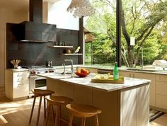 1-jolie-cuisine-de-luxe-dans-les-maisons-familiales-de-vacances-chaise-de-bar-en-bois-et-lustre-moderne