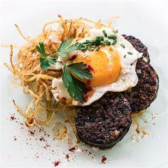 Morcilla con patata paja con yema de huevo de corral