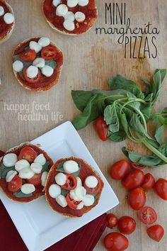 Healthy Mini Margherita Pizzas - a quick and easy snack or dinner when you're short on time. www.happyfoodhealthylife.com #vegetarian #healthy #easydinner #wwStringIt