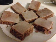 Svieži orechový koláč s citrónovou polevou  Cesto: 125 g alebo maslo hera 1 hrnček cukor práškový 1,5 hrnčeka múka polohrubá 2 ks vajcia 1 hrnček mlieko 1 ks prášok do pečiva (PDP) 1 hrnček nasekané orechy vlasske podľa chuti pridať: kakao  alebo fernet rum  nastrúhaná kôra citrónová poleva: 2 hrnček cukor práškový z 1 ks citróna šťava citrónová