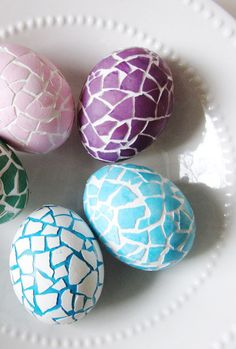 Mosaic Patterns: The crackly effect of these eggs looks even better when you add bright spring colors. Click through to discover more DIY decorating ideas for your Easter eggs. eggs 52 Easy Egg Decorating Ideas to Get You Egg-cited for Easter Easter Egg Dye, Easter Party, Easter Table, Easter Gift, Egg Crafts, Easter Crafts, Bunny Crafts, Easter Decor, Easter Ideas