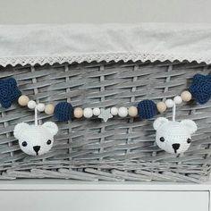 VERKAUFT! Diese Eisbären-Kinderwagenkette gab es heute zum Sofort-Kauf. Wer es verpasst hat - keine Sorge . Es wird sicher bald wieder eine solche Aktion geben. #häkeln #kinderwagenkette #eisbär #dunkelblau #weiß #baby2017 #geschenkzurgeburt #tina_empunkt #handmade #lieblingsdinge