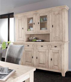 Ein großzügiges Möbel: das im Landhausstil gehaltene Buffet »Burgund« von Premium collection by Home affaire. Äußerlich punktet es durch die fein von Hand herausgearbeiteten Oberflächen mit ihrer natürlichen Holzstruktur.