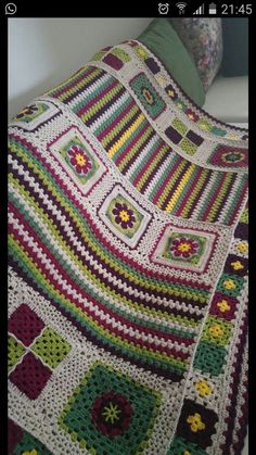 Crochet 'Spitspot Summer Love Blanket' Crochet along (CAL)buscandocomienzos: granny squares used in vety different ways to create a blanket. Crochet Bedspread, Crochet Quilt, Crochet Blocks, Crochet Home, Crochet Crafts, Knit Crochet, Blanket Crochet, Crochet Granny Square Afghan, Granny Square Crochet Pattern