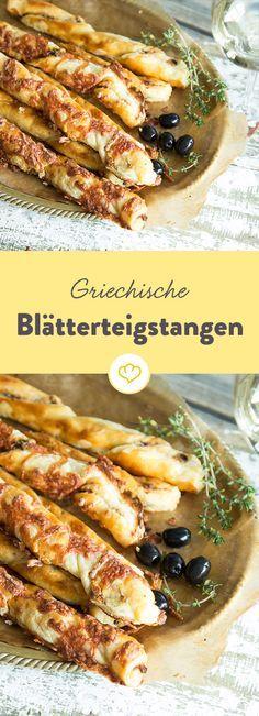 Griechische Knusperstangen mit einer Füllung aus Feta, getrockneten Tomaten und Oliven. Und dank fertigem Blätterteig blitzschnell gemacht.