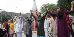 2013年  パキスタン、ムスリムの人間の鎖がクリスチャンのミサを守る。出典:『今』とはどんな時代なのか? 過去10年を象徴する、40の写真がここに。 - ViRATES [バイレーツ]