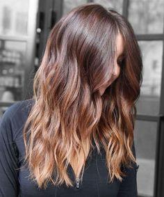 frisuren frauen, schwarze bluse, frau mit mittellangen, braunen haaren