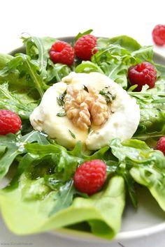 Entdeckt hier einen sättigende Salatvariante mit aromatischem Käse und einem selbstgemachtem Himbeerbalsamico-Balsam.