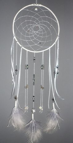 Attrape-rêves argenté et gris, dreamcatcher, bijou d'intérieur, plumes, perles et ficelle