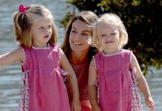 La princesa de Asturias Letizia Ortiz posa en las calles de Mallorca junto a sus hijas la infanta Leonor (i) y la infanta Sofía (d), el 5 de agosto de 2009.