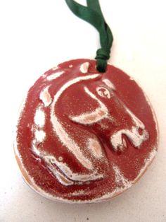 Medaglioni con testa di cavallo. di LabLiu su Etsy, €8.00In 4 colorazioni  e stili differenti.