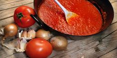 This guide contains tips and recipes for making spaghetti sauce from fresh tomatoes. One great method is to make tomato sauce and either freeze or can it. This is a guide about making spaghetti sauce using fresh tomatoes from your garden. Making Spaghetti Sauce, Slow Cooker Spaghetti Sauce, Homemade Spaghetti Sauce, How To Make Spaghetti, Spagetti Sauce, Spaghetti Casserole, Fresh Tomato Sauce Recipe, Homemade Tomato Sauce, Homemade Marinara
