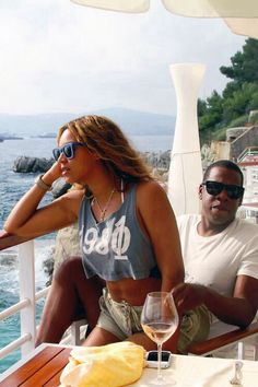 Beyonce is mommy to Blue Ivy, wife to Jay-Z and iconic pop star to the world. Beyonce E Jay Z, Beyonce Knowles Carter, Beyonce Style, Jayz Beyonce, Beyonce Coachella, Celebrity Couples, Celebrity Weddings, Celebrity Pictures, Funny Stuff