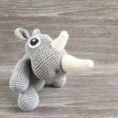   KENDER DU RITA?   Rita Rhino var en af de første opskrifter jeg lavede - og hvor er jeg dog stadig forelsket ❤️ Har du lavet Rita, eller vil du gerne? Opskriften er gratis og kan findes i link i bio #ritarhino #unkeldesign #hæklet #hæklerier #garn #crochet #amigurumi