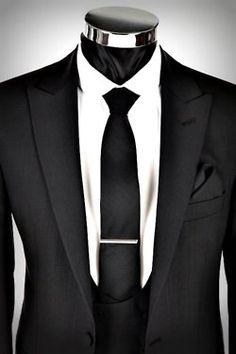 Esto traje es negro y blanco. Pienso llevar a un baile. Es muy formal. Pienso llevar esto traje con una gorra formal.