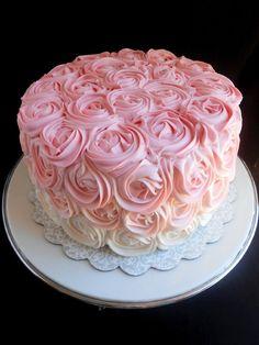 Bolo de rosas em tom de degrade.  A cor pode ser na sua escolha  Preço para recheios tradicionais  Preço do kilo. R$ 35,00
