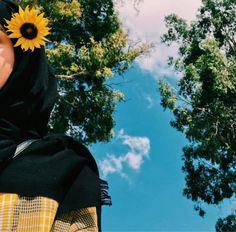 resim, 𝑁𝑢𝑢𝑟♕ tarafından keşfedildi. We Heart It'de kendi görsellerinizi ve videolarınızı keşfedin (ve kaydedin)! Hijabi Girl, Girl Hijab, Stylish Girls Photos, Stylish Girl Pic, Teenage Girl Photography, Girl Photography Poses, Muslim Photos, Hijab Hipster, Beautiful Hijab Girl