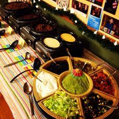 Nacho Bar- Crockpot Hookups :) I have a similar round dish Nacho Bar Party, Taco Party, Fiesta Party, Nachos, Fete Emma, Yummy Treats, Yummy Food, Waffle Bar, Mexican Party