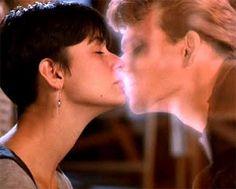 Ghost - Do Outro Lado da Vida, mexeu com a emoção de todos. Após a morte, o espírito de Sam ( Patrick Swayze) tenta ajudar a amada Molly ( Demi Moore), que corre perigo.