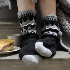 icelandic bed socks - soft and cuddly. Knitting Socks, Hand Knitting, Knitting Ideas, Slipper Socks, Slippers, Bed Socks, Warm Socks, Black Christmas, Warm And Cozy