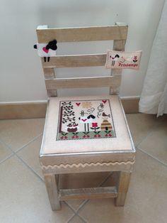 petite chaise décorée avec une grille tralala été