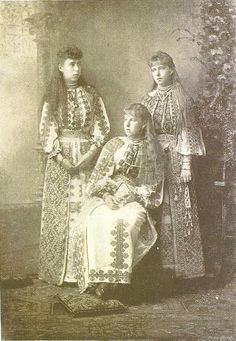 Queen Marie of Romania with her sisters, Victoria Melita and Alexandra, all three dressed in Romanian costume. Princess Alexandra, Princess Beatrice, My Princess, Queen Victoria Family, Princess Victoria, Royal Family Lineage, Romanian Royal Family, Vintage Photos Women, Vintage Images