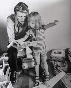David Bowie and son, Duncan Jones (Zowie Bowie), on the set of The Man Who Fell to Earth David Bowie, People Reading, Ai No Kusabi, Ziggy Played Guitar, Aladdin Sane, The Thin White Duke, Goblin King, Pretty Star, Major Tom
