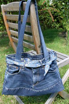 sac jean 019 Denim Tote Bags, Denim Handbags, Jean Diy, Blue Jean Purses, Best Purses, Denim Crafts, Clothing Hacks, Balenciaga City Bag, Denim Jeans