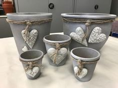 Redesign terracotta pots with concrete color VBS Hobby Cement Art, Concrete Crafts, Concrete Projects, Fleurs Diy, Concrete Color, Beton Diy, Clay Pot Crafts, Clay Pots, Ceramic Art