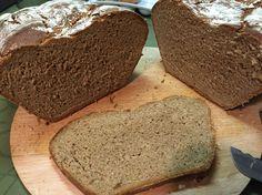 Roggenbrot im Römertopf: 300g roggenvollkornmehl, 200g weizenvollkorn (1050typ), 1/2 Packung Sauerteig-Extrakt (gibt's im DM/rossmann) + Salz (wie ihrs gerne habt).  150ml Malzbier (warm) + 250ml warmes Wasser + 1x trockenhefe auflösen. Dann erst zum Mehl geben. Kneten (Maschine), 30min ruhen, kneten (Hand), formen+in Römertopf geben (einschneiden & mehlen); 30min ruhen, in kalten Ofen auf 210grad 45-60min, ohne Deckel 10-20min für Kruste.