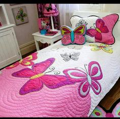 "juego de cama infantil ""For Jewels*** Butterfly quilt - so girlie. and that butterfly pillow"", ""Cute butterfly quilt for a girl's room! Quilting Projects, Quilting Designs, Sewing Projects, Quilt Baby, Quilt Inspiration, Butterfly Pillow, Pink Butterfly, Butterflies, Girls Quilts"