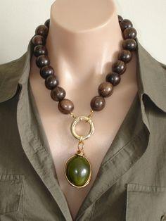 Collar de madera de ébano de Ashira con verde oliva color