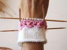 kukkaraita eli venäläinen pitsikukka Tutoril in Finnish Knitted Mittens Pattern, Knit Mittens, Knitted Blankets, Knitting Socks, Baby Knitting, Knitted Hats, Knitting Videos, Knitting Stitches, Knitting Patterns