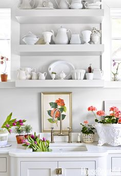 28 Stunning Spring Kitchen Decorating Ideas On A Budget Interior design ideas are simple to obtain in our world these days. With the many house and garden shows readily available, you are sure to find some interior design tips that you like. Shabby, Interiores Design, Mudroom, Townhouse, Beautiful Homes, House Beautiful, Kitchen Remodel, Kitchen Decor, Kitchen Vignettes