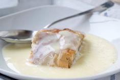 Ein Klassiker in der österreichischen Küche ist der Topfenstrudel mit Vanillesauce. Hier unser Rezept zum Nachbacken. Looks Yummy, Camembert Cheese, Panna Cotta, Eggs, Baking, Stollen, Breakfast, Ethnic Recipes, Tiramisu
