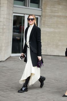 Photo by Melodie Jeng/Getty Images      Olivia Palermo  ソーシャライトのオリヴィア・パレルモをファッションウィーク中のロンドンでキャッチ。ディオールのロングジャケットは、ウエスト部分についたフリルがフェミニンな表情を演出。エレガントなアシンメトリースカートに、マスキュリンなムードのショートブーツを合わせて甘さを調整した。スカートの...