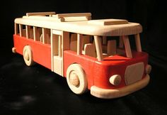 Autobus RTO dřevěný v červeném provedení