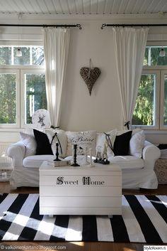 olohuone,sohva,mustavalkoinen,romanttinen,sohvapöytä,arkkupöytä,säilytysarkku,puuarkku,kynttilät,kynttilänjalka,valkoinen,verhot
