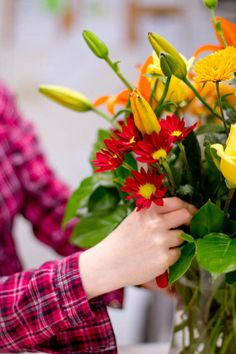 How to arrange flowers in a vase like a pro - great step by step tute.